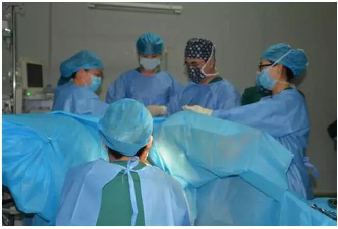 安医大主任卫兵教授在阜阳百佳成功指导妇科微创手术